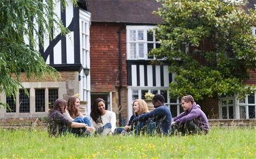 Sinh viên trường Cao đẳng Guildford