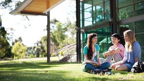 Hình ảnh các bạn sinh viên trong khuôn viên trường Đại học Curtin - Singapore