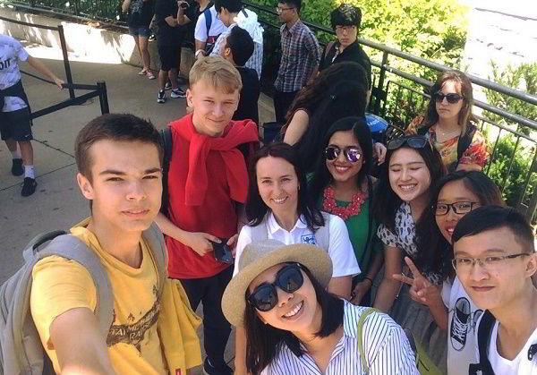 Đinh Thị Lan Anh và Nguyễn Thị Ngọc Anh chụp ảnh cùng bạn khi du lịch tại thác nước Niagara.