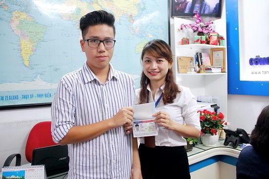 Nguyễn Đình Ngọc Hải nhận visa du học Mỹ từ đại diện New Ocean