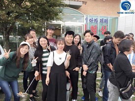 Trần Thị Oanh chụp ảnh cùng bạn học tại Hàn Quốc