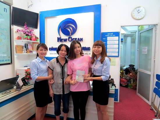 Vũ Thùy Chi cùng mẹ nhận visa du học Canada từ đại diện New Ocean