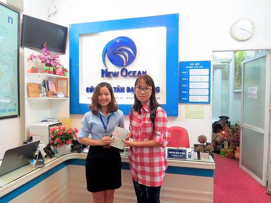 Đoàn Thị Huyền Trang nhận visa du học Úc từ đại diện New Ocean