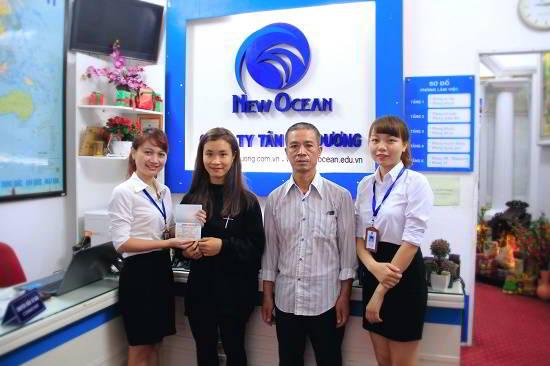 Nguyễn Dương Thanh (cùng bố) đến nhận visa du học Canada tại New Ocean