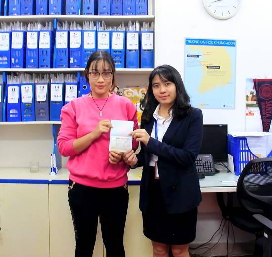 Nguyễn Hồng Anh nhận visa du học Canada từ đại diện New Ocean