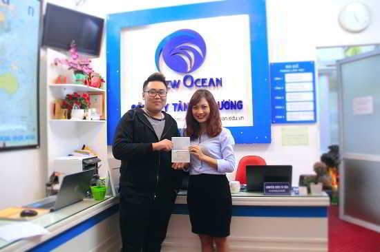 Nguyễn Đức Huy nhận visa du học Canada từ đại diện New Ocean