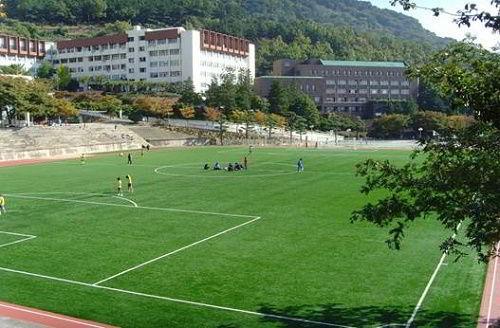 Sân bóng đá của trường Dong A