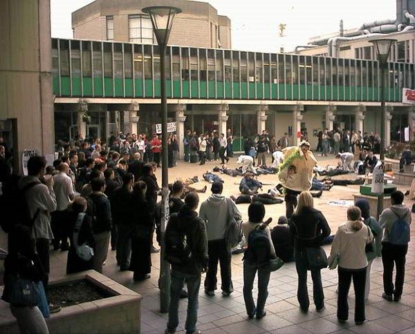 Sinh viên tại khuôn viên Đại học Essex