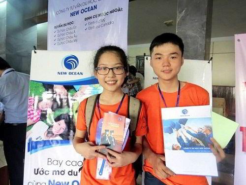 Các bạn học sinh chụp ảnh lưu niệm tại gian hàng tư vấn của New Ocean