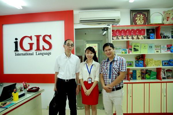 Đại diện New Ocean chụp ảnh lưu niệm với đại diện Trường Nhật ngữ tham dự hội thảo