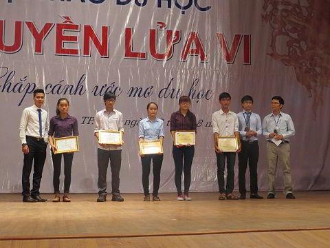 Đại diện New Ocean trao quà cho các bạn trẻ có thành tích học tập xuất sắc tại Nghệ An và Hà Tĩnh