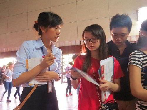 Nhân viên tư vấn của New Ocean giải đáp những thắc mắc về du học cho các bạn học sinh tham dự hội thảo