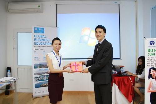 Đại diện tuyển sinh New Ocean trao quà đại diện trường EU