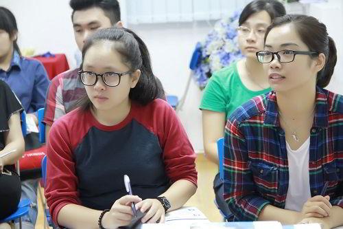 Buổi hội thảo diễn ra sôi nổi với những trao đổi, thắc mắc rất thiết thực về việc học tập và công việc giữa các bậc phụ huynh, học sinh cùng đại diện nhà trường