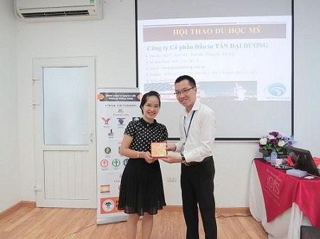 Bà Dung - đại diện của ASG còn gửi tới buổi hội thảo 5 suất học bổng hấp dẫn từ Tập đoàn giáo dục Mỹ - ASG