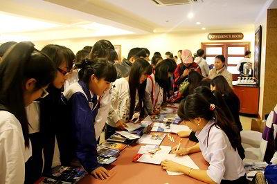 Rất đông học sinh Hải Phòng đến tham dự hội thảo