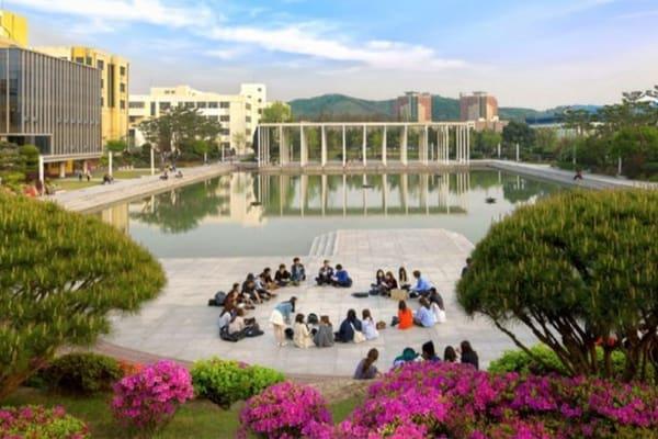 Khuôn viên rộng lớn của trường