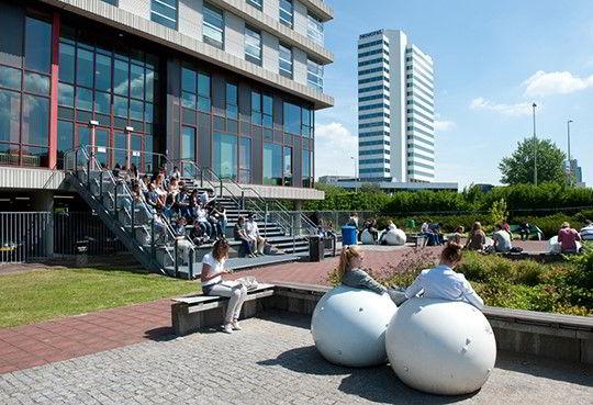 Hình ảnh các bạn sinh viên thư giãn trong khuôn viên trường Rotterdam