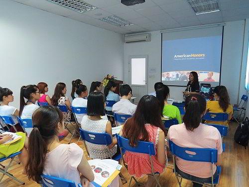 Bà Ngọc Thúy - Đại diện tại Việt Nam giới thiệu về chương trình American Honors