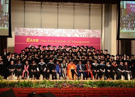 Hình ảnh giáo viên và học sinh EASB trong lễ tốt nghiệp