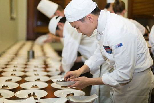 (Hình ảnh các bạn sinh viên ngành Quản trị khách sạn đang thực tập trong bếp)