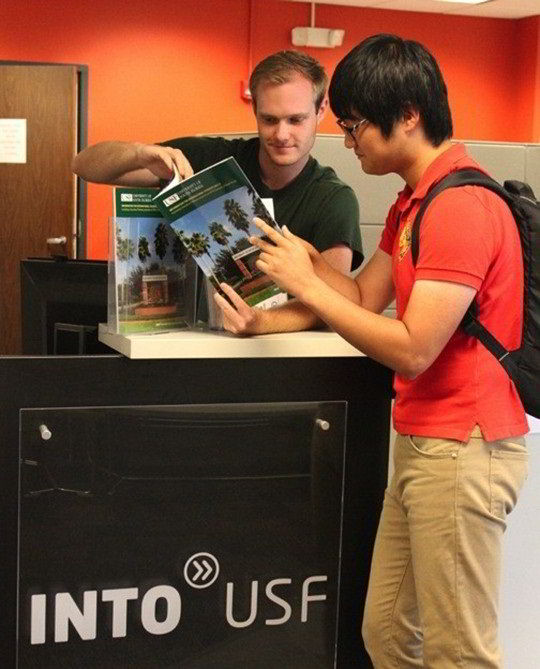 Các thầy cô tại Đại học INTO Nam Florida luôn sẵn sàng giúp đỡ học sinh