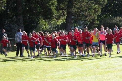 Hình ảnh các em học sinh trong cuộc thi chạy của trường Kaikorai Valley