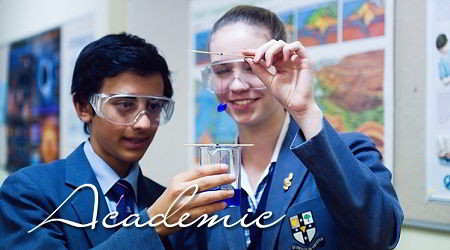 Hình ảnh học sinh trường Illawarra Grammar trong tiết thực hành hóa học