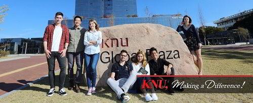 Học sinhquốc tế chụp tại cổng trường đại họcKyungpook