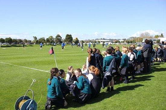 Học sinh trường Kristin trong một hoạt động tại sân bóng của trường