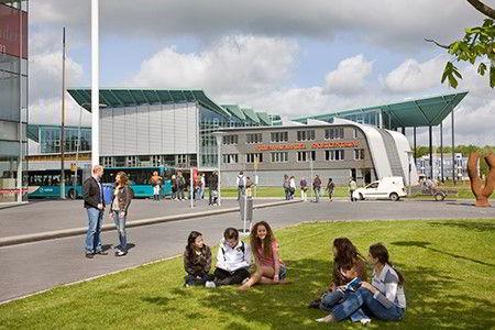 Hình ảnh các bạn sinh viên vui vẻ thư giãn trong khuôn viên trường Đại học tại Hà Lan
