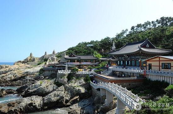 Ngôi chùa Headong Yonggungsa cổ kính bên bờ biển