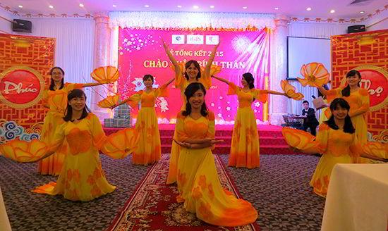 Những cô gái Tân Đại Dương trong bài múa truyền thống công ty.