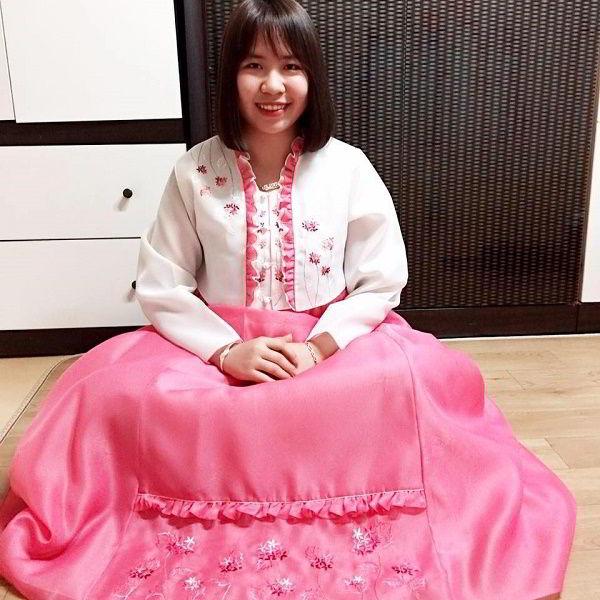 Bạn Phạm Thị Thu Hiền trong trang phục Hanbuk truyền thống của Hàn Quốc
