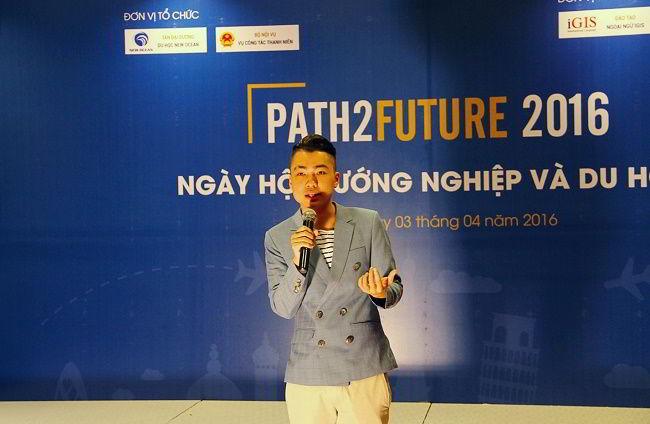 Jason Việt Tiến trong phần chia sẻ bí quyết thành công cùng các bạn học sinh – sinh viên tại Path2Future 2016.