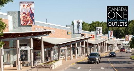 Bạn có thể mua sắm tại Outlet khi du học Canada