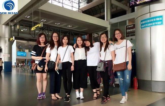 Lê Thị Hải Linh cùng bạn bè tại sân bay (đứng giữa)