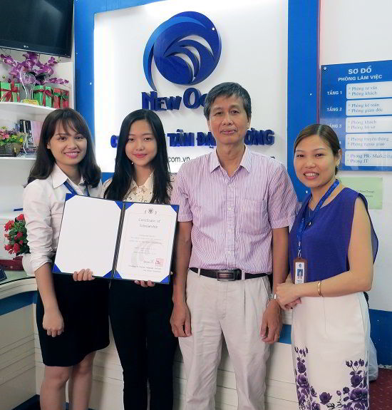 Trần Hoàng Phương Lan chụp ảnh kỷ niệm cùng bố và nhân viên New Ocean