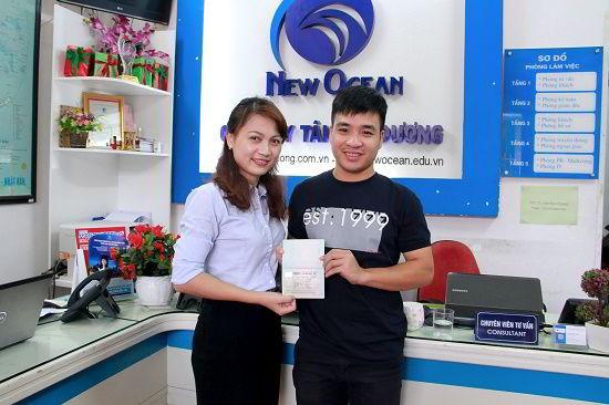 Võ Quang Sơn nhận Visa du học Canada từ đại diện New Ocean