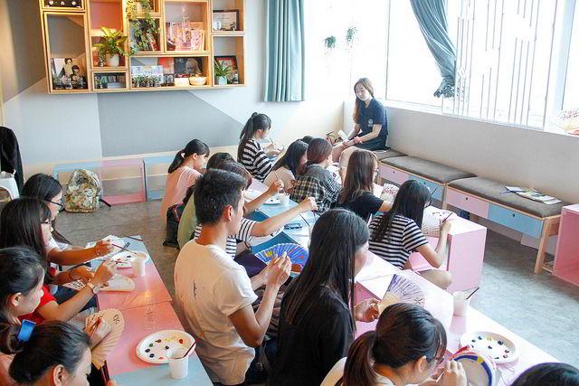 Các bạn trẻ say sưa học nghệ thuật truyền thống Hàn Quốc