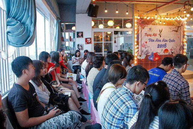 Các bạn trẻ tới tham dự chương trình ngày hội văn hóa cùng trường Sejong từ rất sớm…