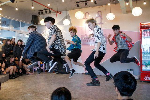 Một nhóm nhảy nam tham gia ngày hội với vũ điệu vô cùng sôi động..........