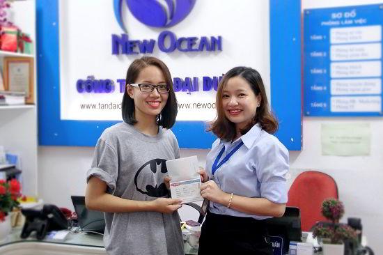 Bùi Ngọc Diệp nhận visa du học Hàn Quốc từ đại diện New Ocean