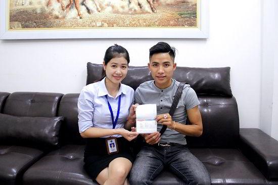 Mai Hữu Thành nhận visa du học Hàn Quốc từ đại diện New Ocean