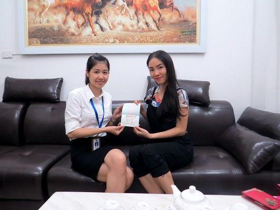 Nguyễn Minh Ngọc nhận visa du học Canada từ đại diện New Ocean
