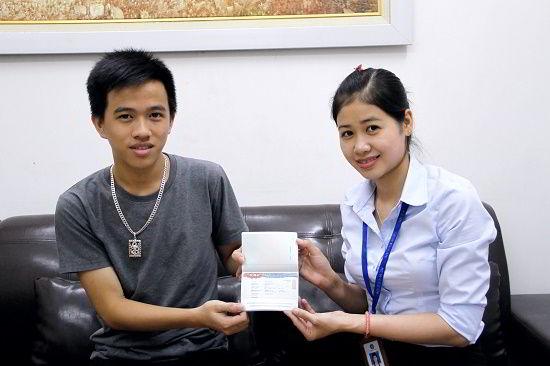Nguyễn Quang Huy nhận visa du học Hàn Quốc từ đại diện New Ocean