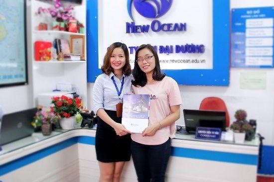 Phạm Thị Thanh Vân nhận visa du học Hàn Quốc từ đại diện New Ocean