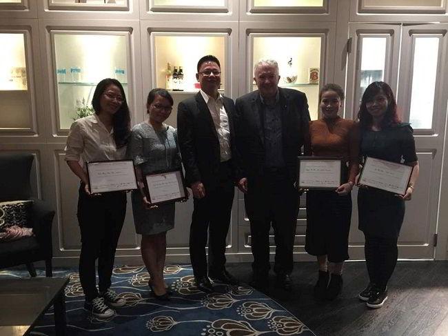 Đại diện New Ocean (Ngoài cùng bên phải) nhận Certificate of Appreciation từ ngài Dr. Michael Mann