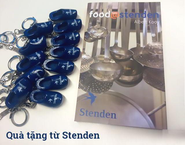 quà tặng từ Đại diện trường Stenden: Móc chìa khóa dễ thương và Sách nấu ăn.