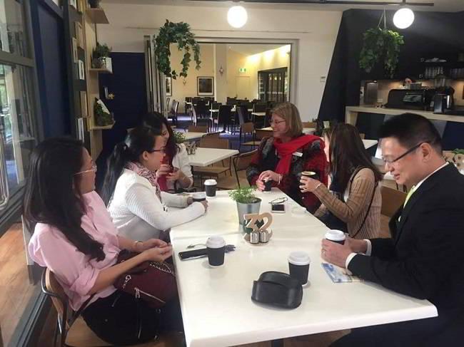 Đại diện New Ocean uống cafe và trò chuyện tại khuôn viên trường, nơi sinh viên thực tập